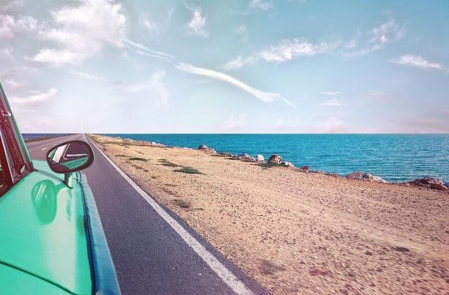 Groene auto op vakantie